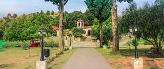 Монастырь находится в пещерах, которые имеют форму креста