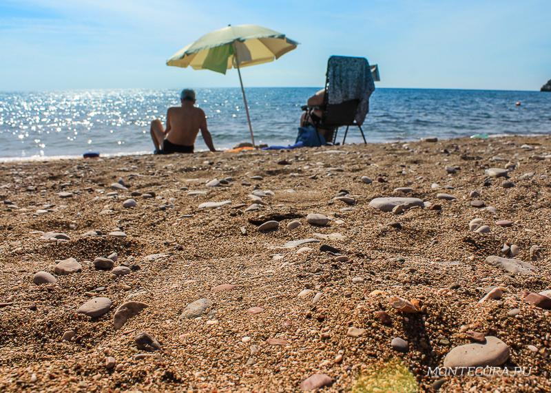 Туристы загорают на пляже Бара