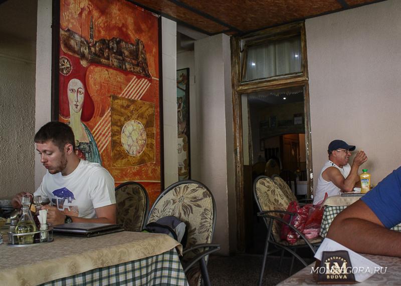 В ресторане много местных и туристов