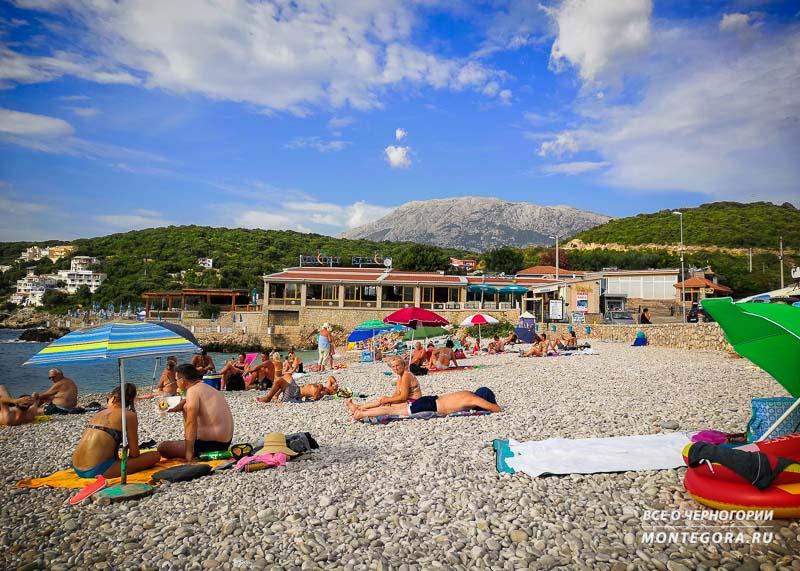 Летом на пляжах Утьехи многолюдно