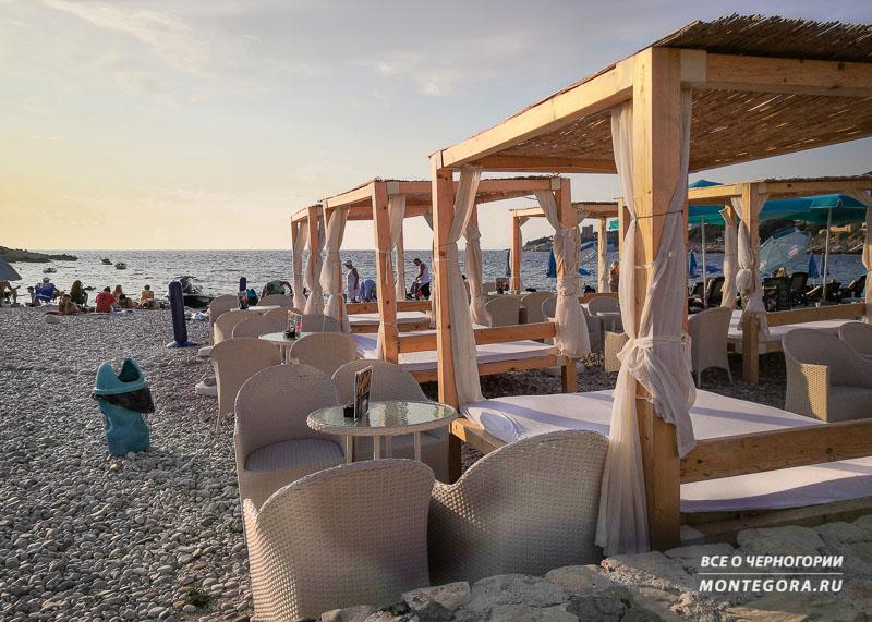 VIP-лежаки на пляже
