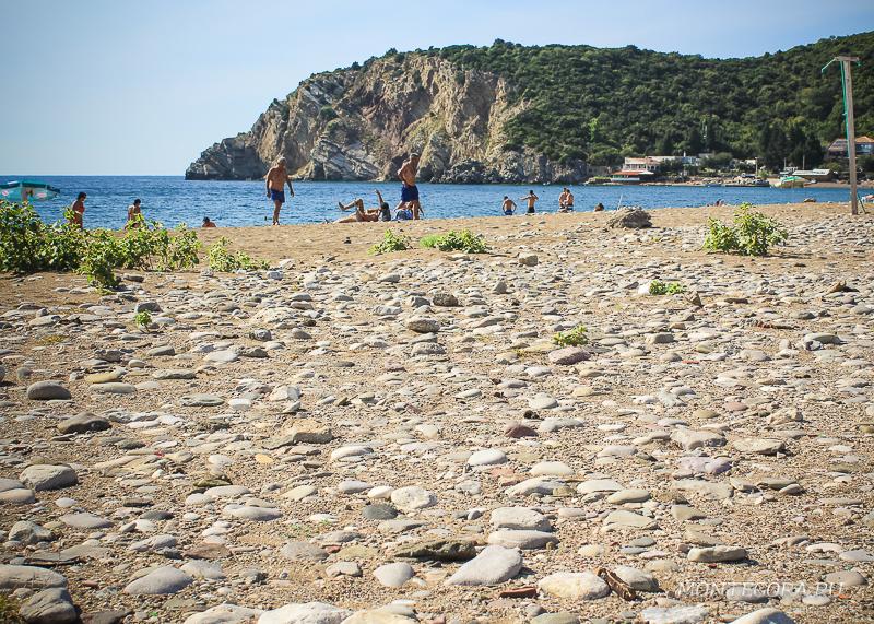 В сезон на Чане много народу, но пляж длинный