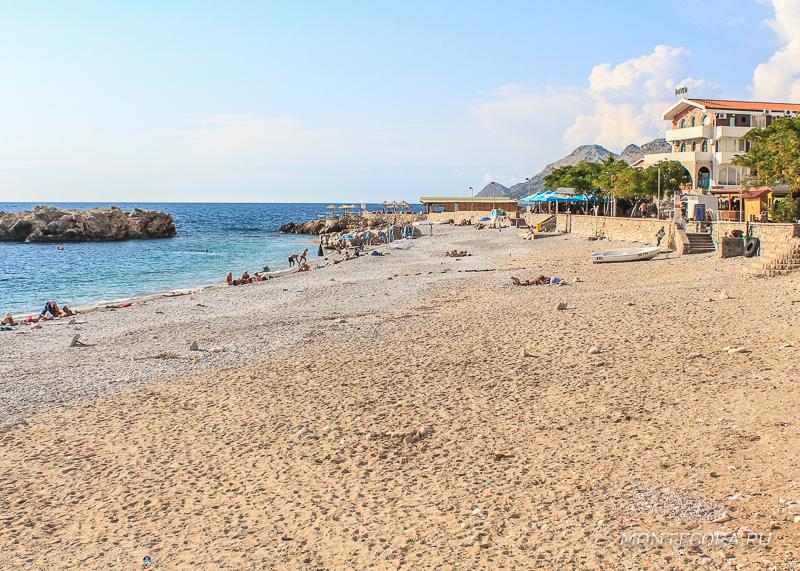 Пляж в Добра Воде мелкогалечный