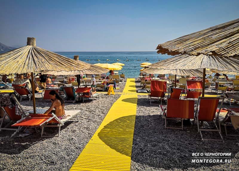 Пляж Яз обладает прозрачной водой и тем самым, привлекает к себе больше народу