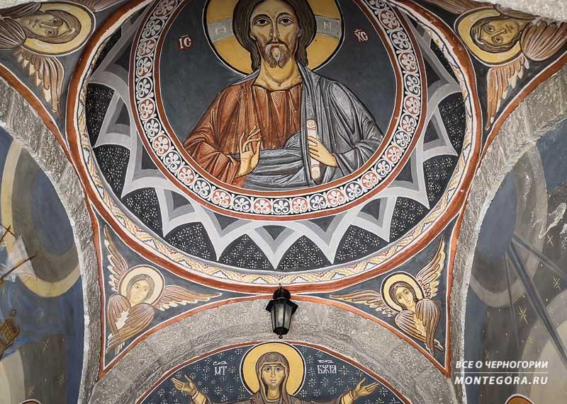 Где найти самые красивые интерьеры монастырей в Черногории
