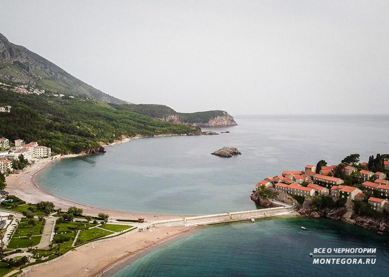 Панорама на пляжи и горы в Черногории