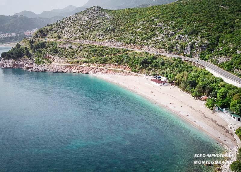 Пляжи Черногории с мелкой галькой с песком