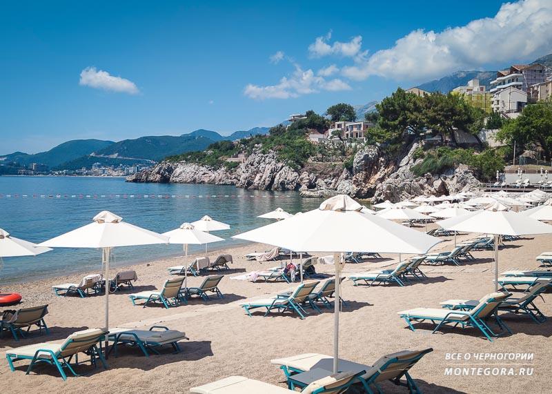 Большая часть пляжа отдана постояльцам отеля