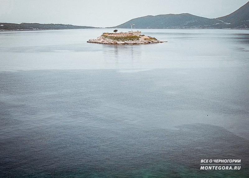 На острвое стоит одинокий кран