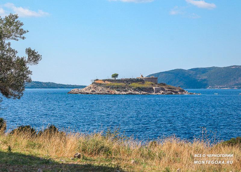 Вид на крепость Мамула с полуострова Луштица
